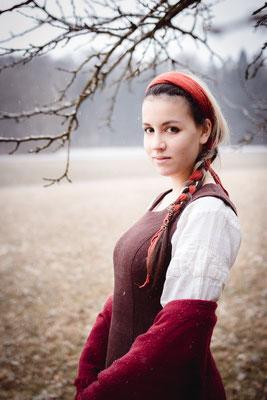 Rotes mittelalterliches Gewand einer Frau