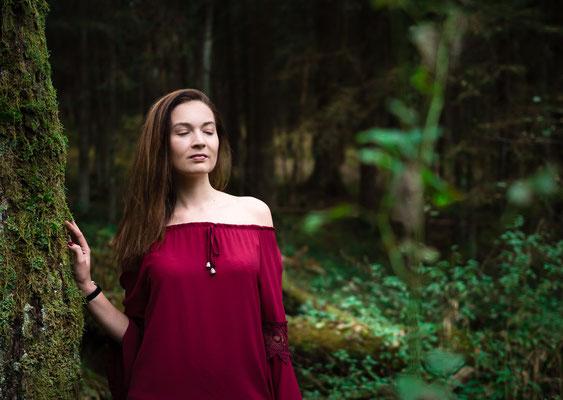 Frau in einem ruhigen und dunklen Wald bei Bayreuth