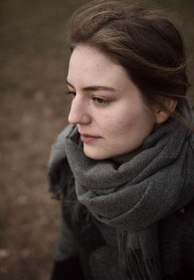 Melancholisch Blickende Frau mit Schal in Erlangen