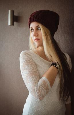 Schönes Portrait einer jungen Frau mit Mütze