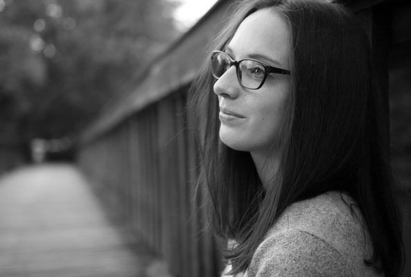 Ruhige Frau mit Brille auf einer Brücke in Forchheim