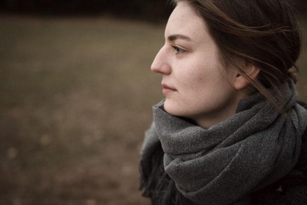 Frau blickt sanft schweifend in die Ferne in Eralngen