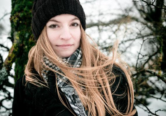 Haare wehen im winterlichen Wind bei Bamberg
