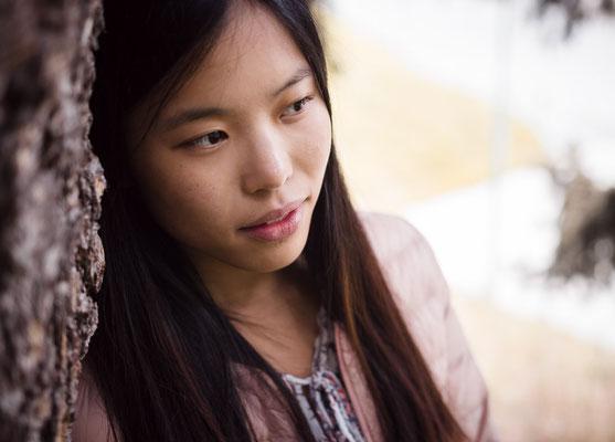 Sanftes Portrait einer jungen asiatischen Frau