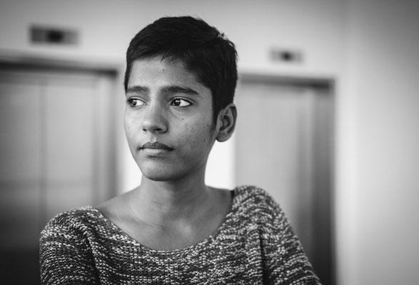 Indische Frau Blickt verträumt in die Ferne in Erlangen