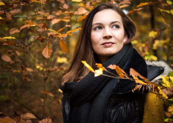 Natürliches Frauenportrait herbstlichen Wald bei Bayreuth