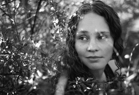 Natürliches Portrait einer Frau im Wald