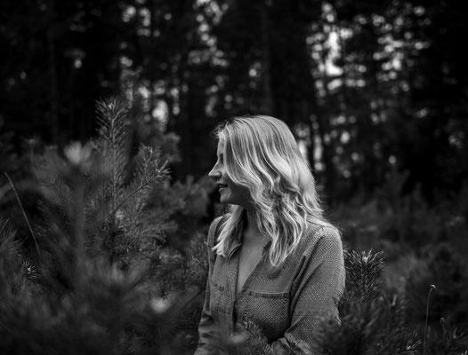 Blonde Frau im Wald bei Ebermannstadt