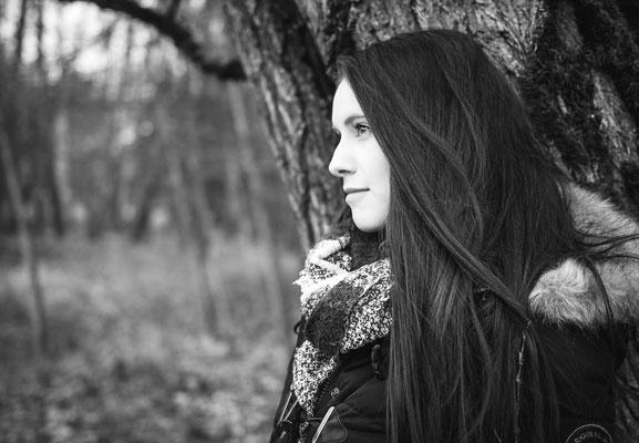 Frau mit langen Haaren im erlanger Wald