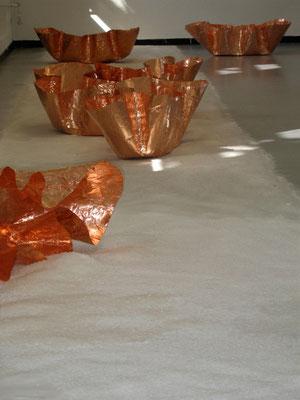 gibt es   2011   Rauminstallation   Detail   Kupferskulpturen ca. 40x80x30(H) cm