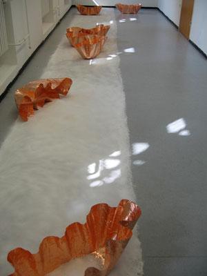 gibt es   2011   Rauminstallation   Salzstreifen 1 m breit, 11 m lang, 7 Kupferskulturen