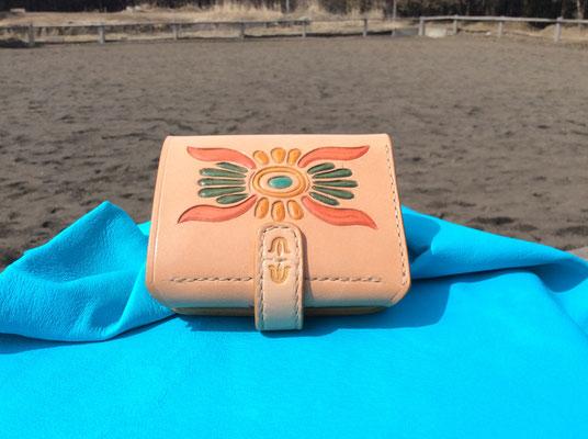 二つ折り財布完成、詳細はgalleryを見て下さい。