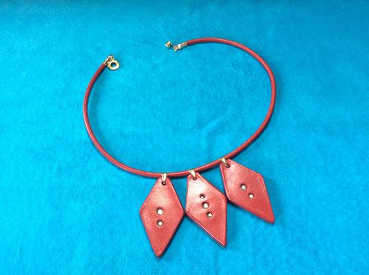 サイズ 革紐の長さ(約)36cm留め具部分までの長さは(約)38cmぐらいになります。金具部分の色はゴールド。革紐の色は赤。ペンダントヘッドは赤に染めてみました。ペンダントヘッドの中心部分のシルバー色はピューターを埋め込んでいます。❤身に付けた時のイメージは丁度、鎖骨のくぼみに沿った感じの長さです。