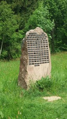 Stein der Erinnerung mit Namensschildern der Verstorbenen