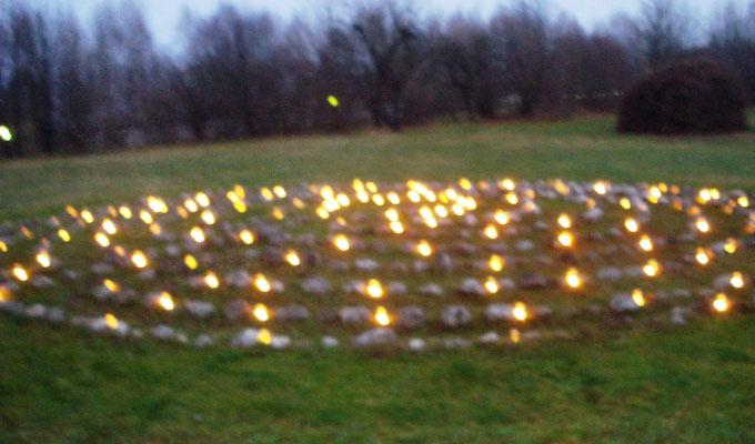 Gang in das Labyrinth der Lichter zur Wintersonnenwende am Höribachhof in St. Lorenz / Mondsee