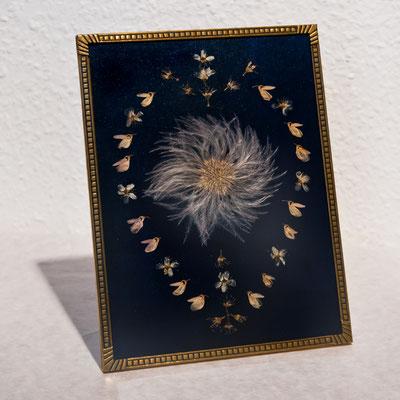 Jugendstil Blüten auf dunkelblau