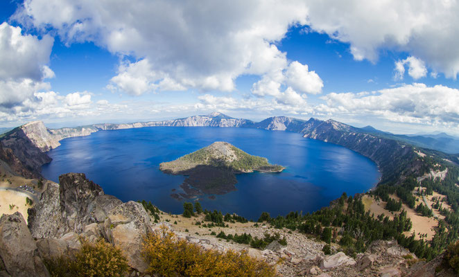 """lac Klamath, dans l'Oregon du Sud, niché au pied de """"Crater Lake"""", protégé par les """"Cascade Mountains"""" à l'Ouest, la forêt nationale de Winema à l'Est et le Parc National de """"Crater Lake"""" dans le Nord."""