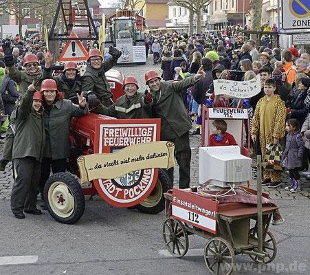 Lustig und ernst zugleich: Die Pockinger Freiwillige Feuerwehr prangerte die Überhand nehmende Bürokratie im Feuerwehrwesen an.