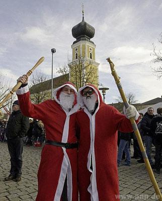 Jahreszeitlich nicht richtig: die Nikoläuse Christoph (l.) und Daniel.