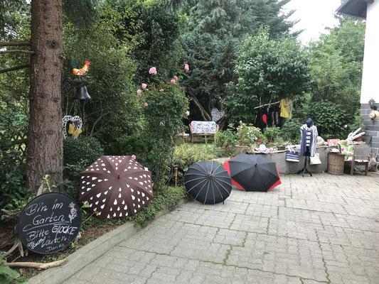Der Herbst bringt regnerische Tage, dazu gibt es ausgefallene Schirme, elegant, raffiniert und farbenfroh... fuer jeden etwas dabei