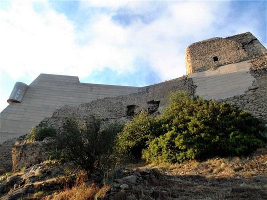Die Festung Trinitat erhebt sich in 3 Ebenen - Bogentore ( 2 sind noch sichtbar) stützten die Wände