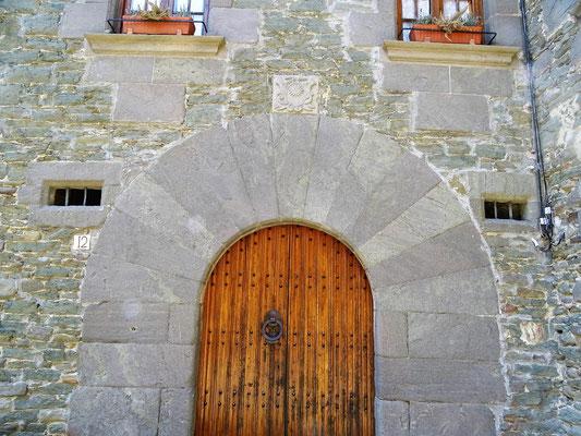 """Tor zum früheren Haus des """"Notars"""". Die große Umfassung unterstreicht die Bedeutung  des Amtsträgers, der im Auftrag der Feudalherren seinen Aufgaben nachging"""