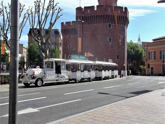 ...währenddessen wartet der Train Petit vor dem historischen Torgebäude Castillet auf uns...