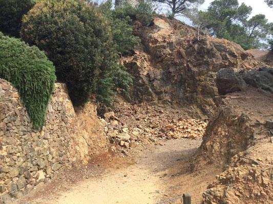 """Der Steinbruch am Anfang des Gartens - aus diesen Steinen wurde die Villa der """"Russen"""" gebaut!"""