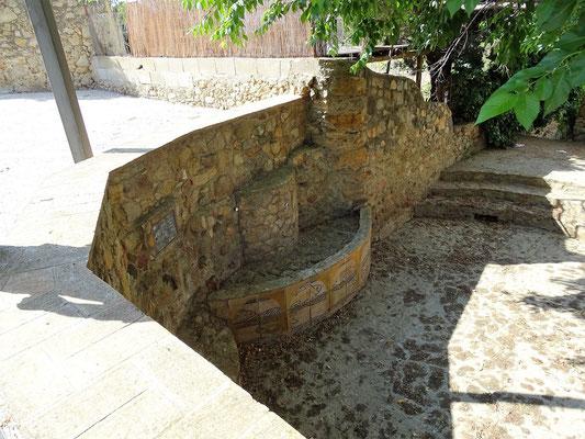 Pau ist ein altertümlicher, hübscher Ort - der alte Dorfbrunnen an der Plaza Major