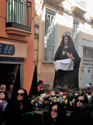 Maria darf nicht fehlen. Ihre Statuen werden von Frauen in schwarzen Mantillas getragen