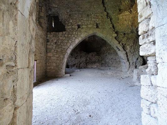 Erster Raum. Ein gotischer Bogen führt zum ursprünglichen Altarraum (?)