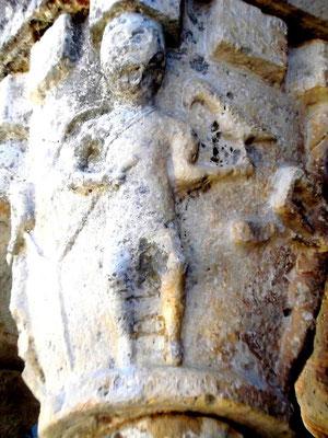Mittelalterliches Leben an den Kapitellen im Kreuzgang - Adliger mit Falke