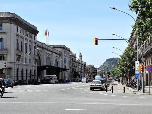 Avenida del Marquès de l´Argentera. Links der Bahnhof Esctació de França. Auf dieser Straße wird im Roman das Büro Sandovans und das Hotel, in dem Hendrik übernachtet, lokalisiert