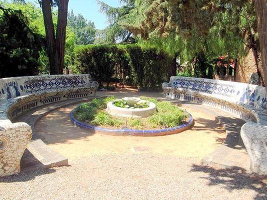 Brunnen und Bänke im Hof