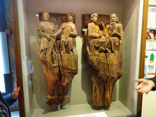 Eine seltene mittelalterliche Holzschnitzerei: links ein Grafenpaar, rechts Richter mit Schreiber