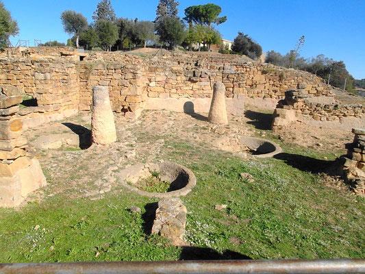 Hausanlage mit Säulen einer Vorhalle und Vorratsgruben