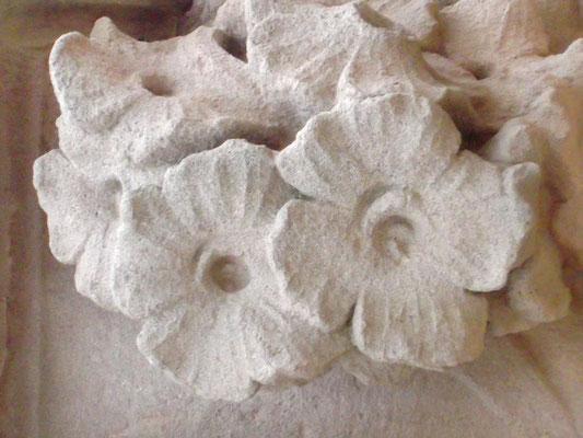 Blumen auf einem Kapitel im Vestibül der Empfangshalle
