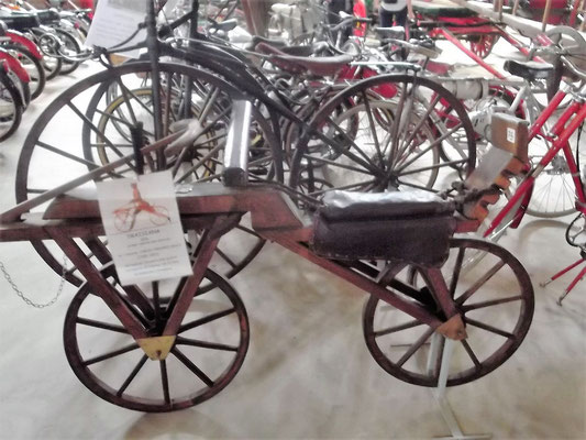 """...Fahrräder. Im Vordergrund eine """"Draisine"""""""