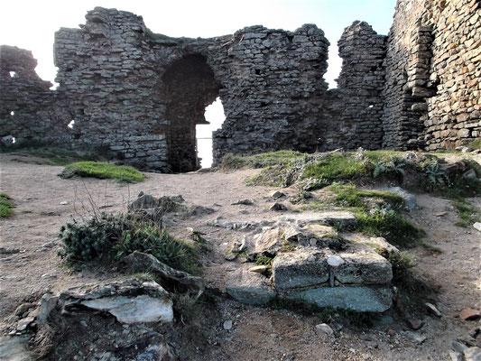 """Die Ruinen des Tempels auf San Salvador. Im Vordergrund die Reste des Altars. Hier ist der Ort, an dem sich die """"Gralsfeier"""" mit König Alfons II. in einer Erzählung des Romans abspielt"""