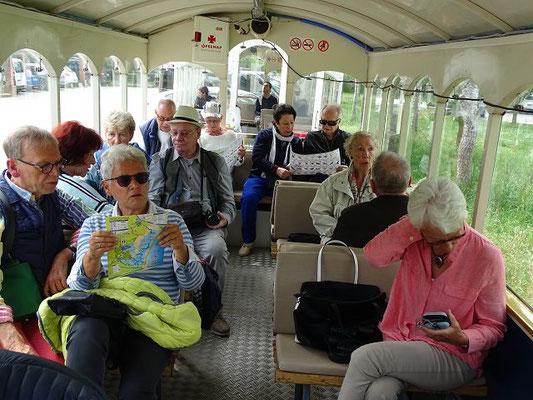 Unsere Gruppe im Zug, beschäftigt mit Unterlagen, die wir erhielten