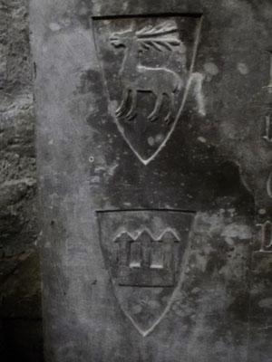 Detail des Sarkophags: Oben Wappen von Cervia (lat. Cervus=Hirsch), unten Symbol für Burg, ingesamt Zeichen für die Abkunft der Beatrix
