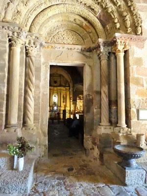 """Blick von dr Vorhalle (""""Paradies"""") zum prachtvollen inneren Eingangsportal und in die Kirche"""