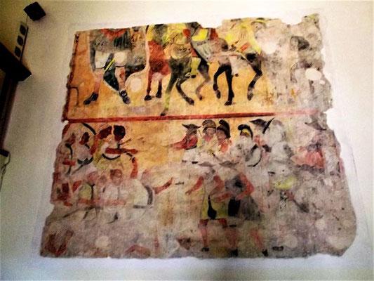 Das Wandbild zeigt die Gründungslegende: Die Muttergottes soll Karl dem Großen bei einer Schlacht gegen die Sarazenen erschienen sein und ihm zum Sieg verholfen haben