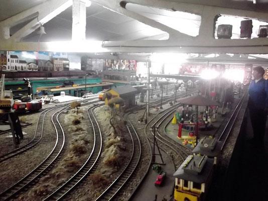 Im Obergeschoss befindet sich eine riesige Märklin- Modelleisenbahnanlage