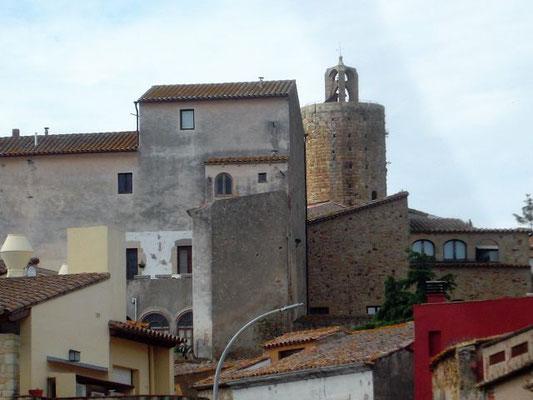 Wir blicken zurück auf alte Häuser und den Legenden umwobenen Stundenturm