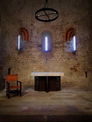 Altarraum - der Altar wurde unlängst vom Bischof von Girona geweiht