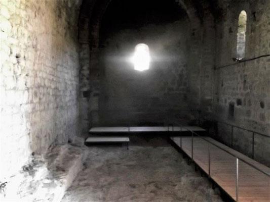 Blick zum Altarraum hin, der die Stimmung in einer romanischen Kleinkirche gut erkennen läßt