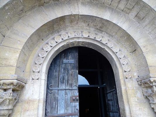Das ehrwürdige Eingangsportal - oben die Tierkreiszeichen