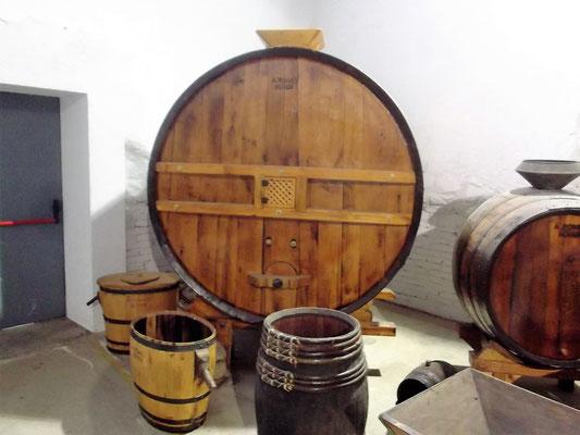 Das Weinfass erinnert an die Weinproduktion in der Kooperative
