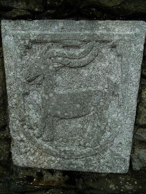"""Ein Relief mit einer Ziege - es erinnert an den Namen des Gebirgszuges """"Collsacabra"""": Ziegenhügel"""